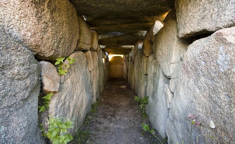 Как выглядит основная достопримечательность острова Сардиния - гробница гигантов