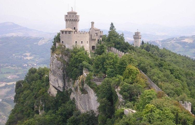 Описание достопримечательности в Сан-Марино - горы Монте-Титано