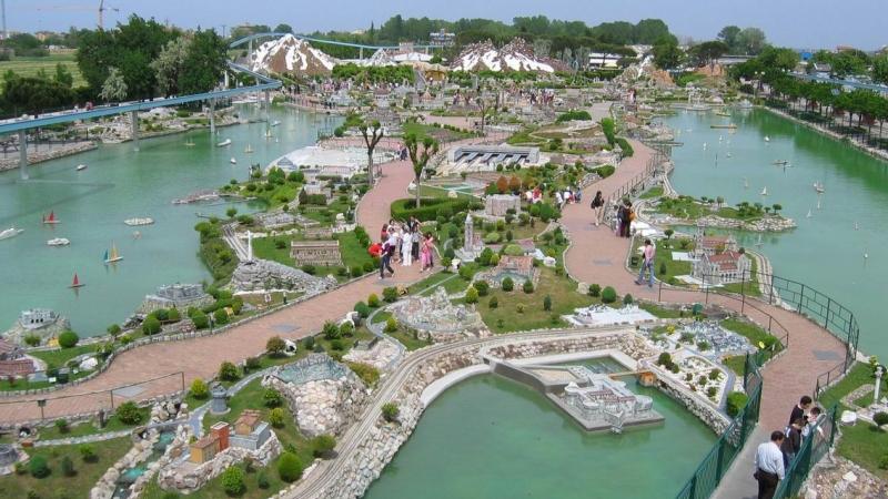 Фото сверху парка Италия в миниатюре