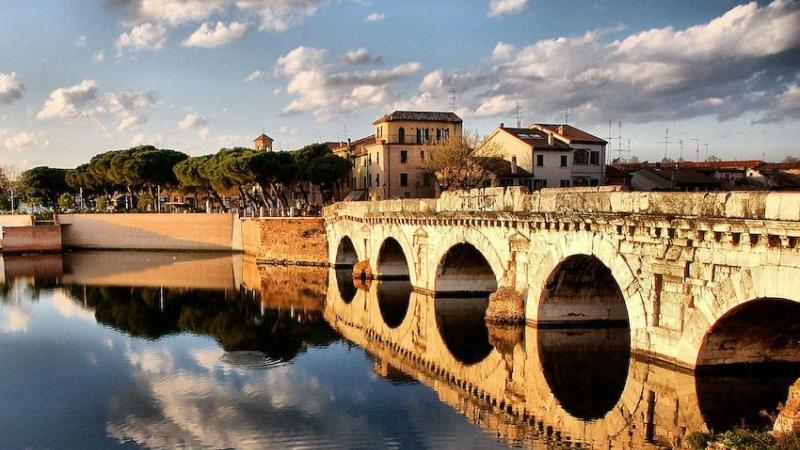 Красивейший старый мост Тиберия в Римини