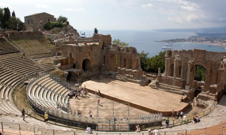 Вид на древний греческий театр в Таормине