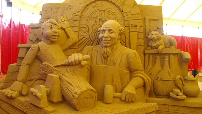 Во время туристического сезона на пляжах Лидо ди Езоло проводят фестиваль песчаных скульптур