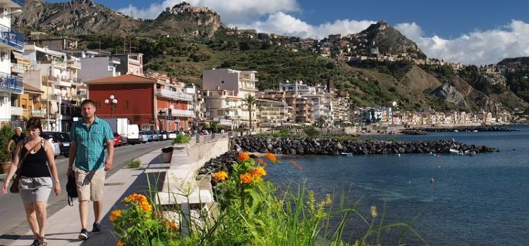 Курортный город Джардини Наксос в Сицилии