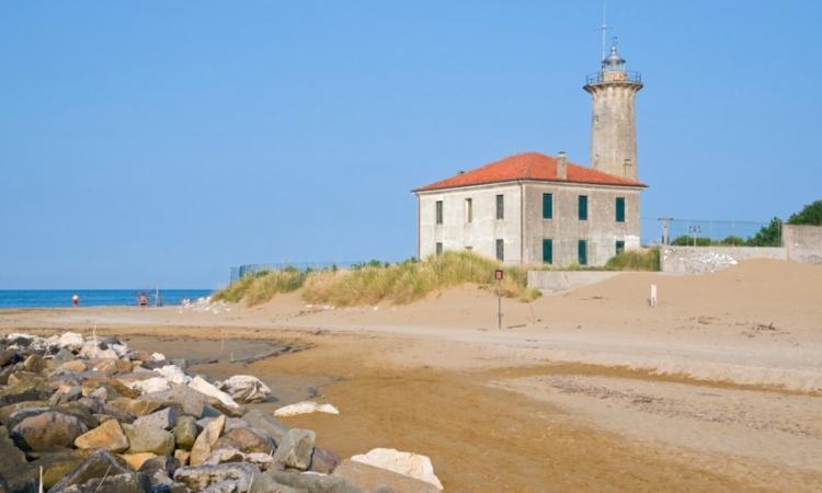 Небольшой маяк неподалеку от пляжа Плуто в Бибионе