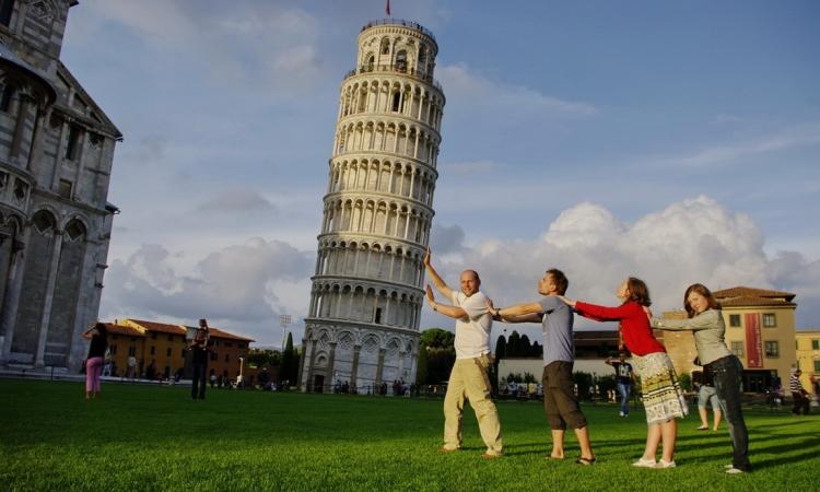 Пизанская башня в Пизе и туристы