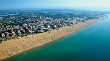 Вид сверху на побережье и город Бибионе в Италии
