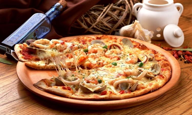 Вкусная и сочная итальянская пицца с морепродуктами