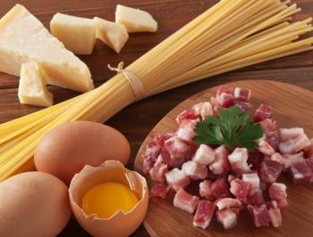 Выбор ингредиентов для пасты карбонара с беконом и сливками