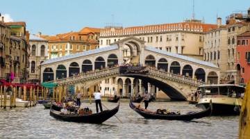 Романтичный и древний мост Риальто в Венеции