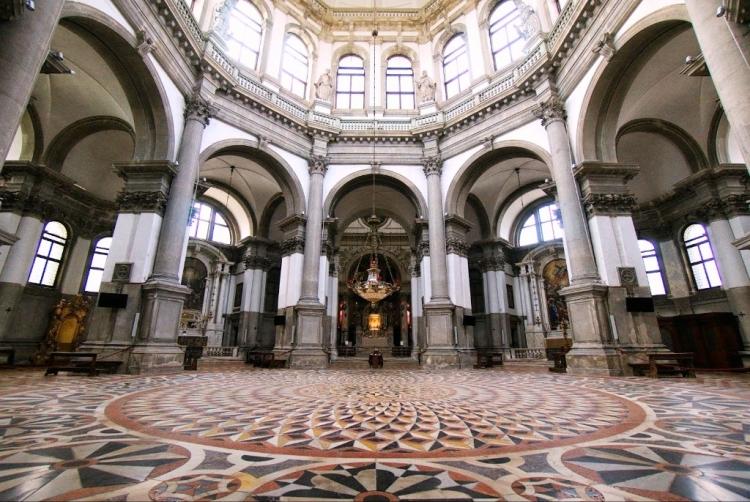 Полы и арочные своды внутри церкви Санта-Мария-делла-Салюте