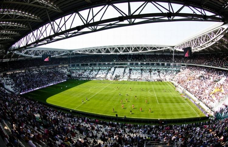 Заполненный зрителями стадион Ювентус