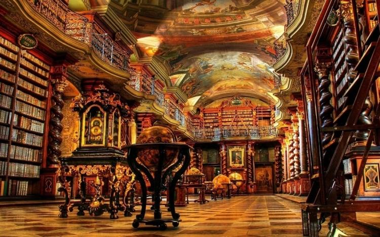 Огромный зал библиотеки в комплексе музеев Ватикана