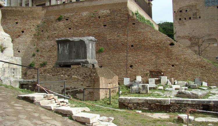 Черный камень Римского Форума - одна из достопримечательностей Рима