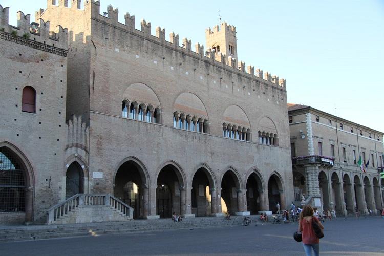 Достопримечательности Болоньи - величественное строение Палаццо Подеста