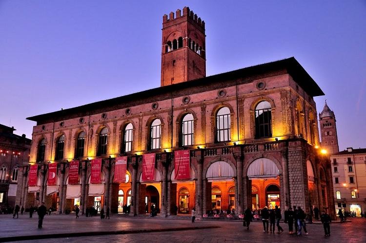 Палаццо Подеста - одна из знаменитых достопримечательностей Болоньи