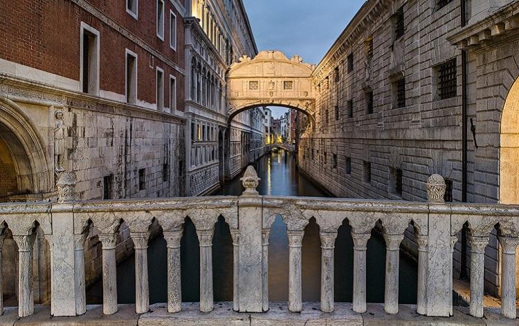Легенды, связанные с достопримечательностью Венеции - мостом вздохов