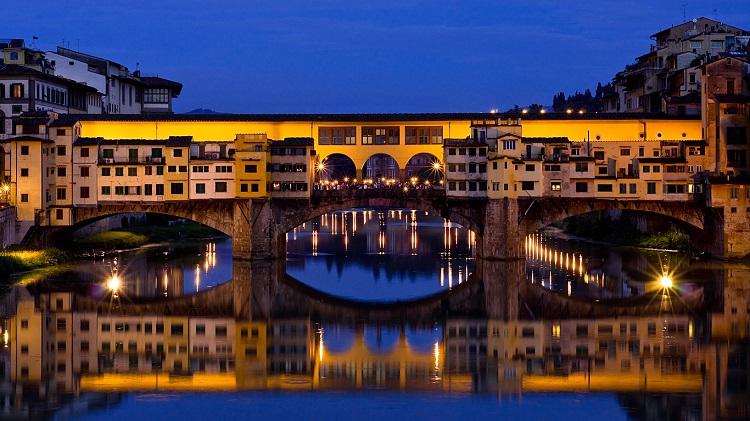 Мост Понте Веккьо - как выглядит достопримечательность в ночное время суток