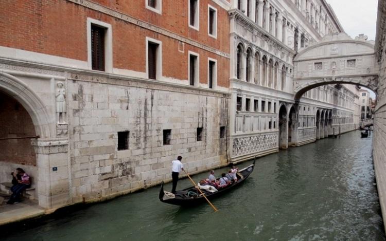Мост вздохов, соединяющий дворец Дожей с Тюрьмой Венеции