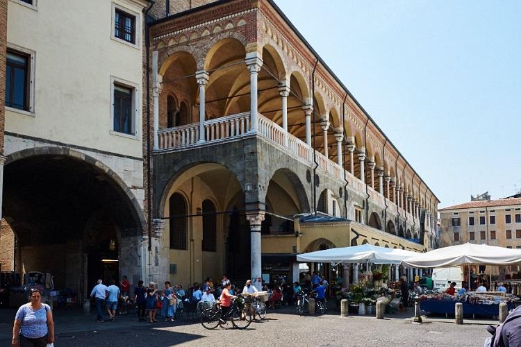 Дворец Палаццо Делла Раджоне - как добраться до достопримечательности