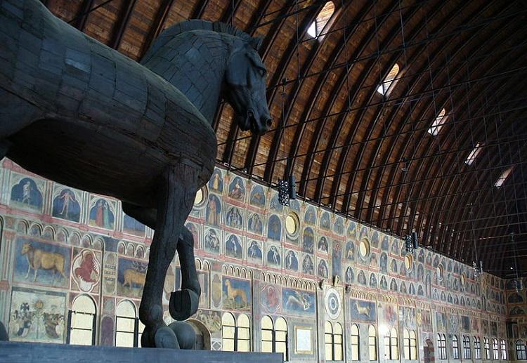 Палаццо Делла Раджоне в Падуе и его знаменитый Троянский конь