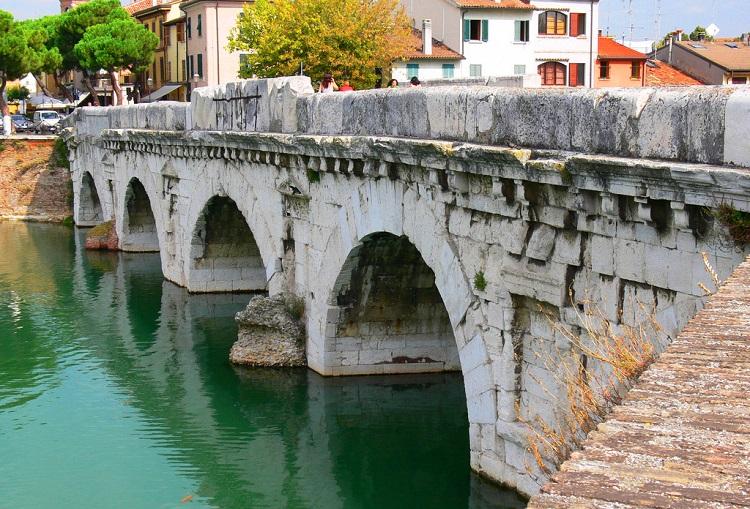 Чем знаменит мост Тиберия в Римини - интересные факты