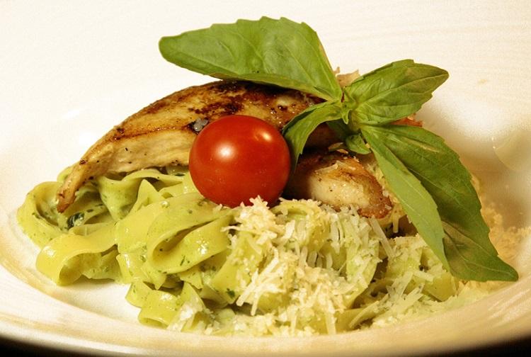 Фетучини с курицей и соусом песто - рецепт приготовления итальянского блюда