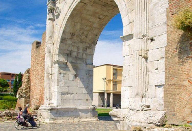 Как выглядит основная достопримечательность Римини - арка Августа