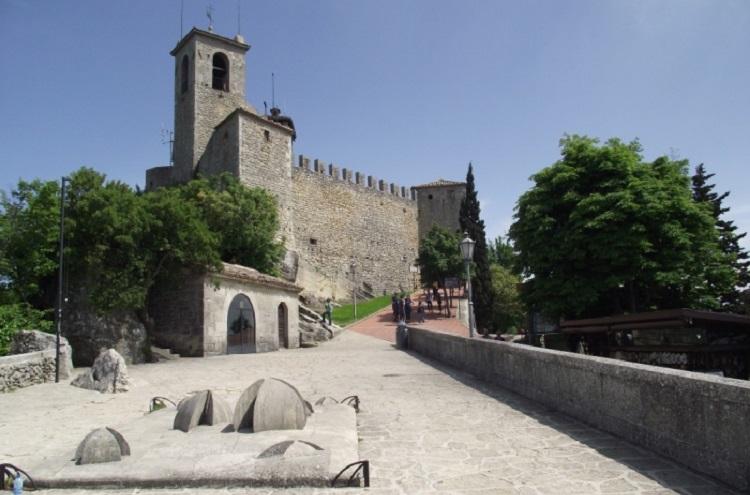 Описание достопримечательности в Сан-Марино - башни Гуаита