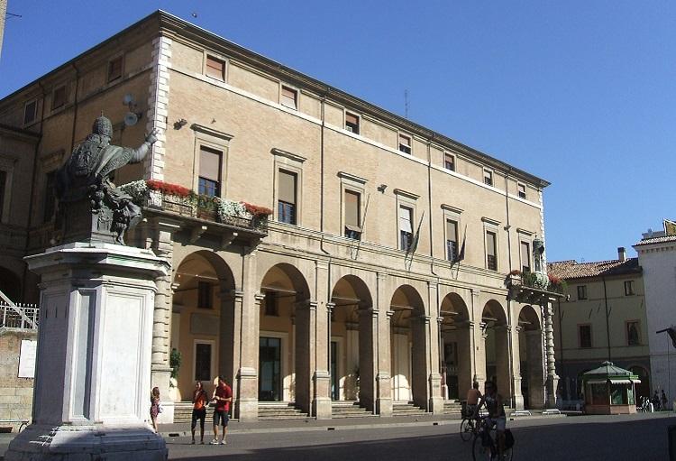 Палаццо Гарампи - Ратуша на площади Кавур в Римини