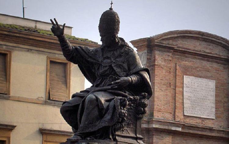 Памятник Павлу V на площади Кавур в Римини
