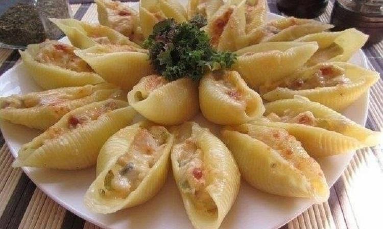 Приготовление итальянских конкильони с начинкой из курицы