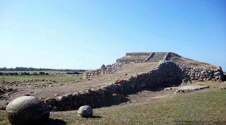 Фото и описание древних гробниц на итальянском острове Сардиния